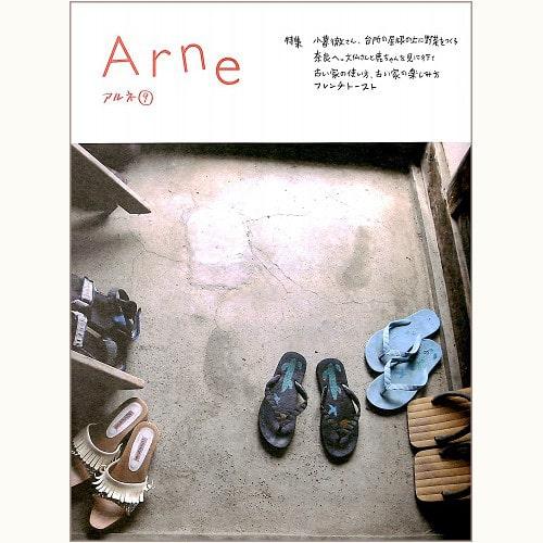 Arne アルネ 9 カメラマンの小暮徹さん、台所の屋根の上に野菜をつくる